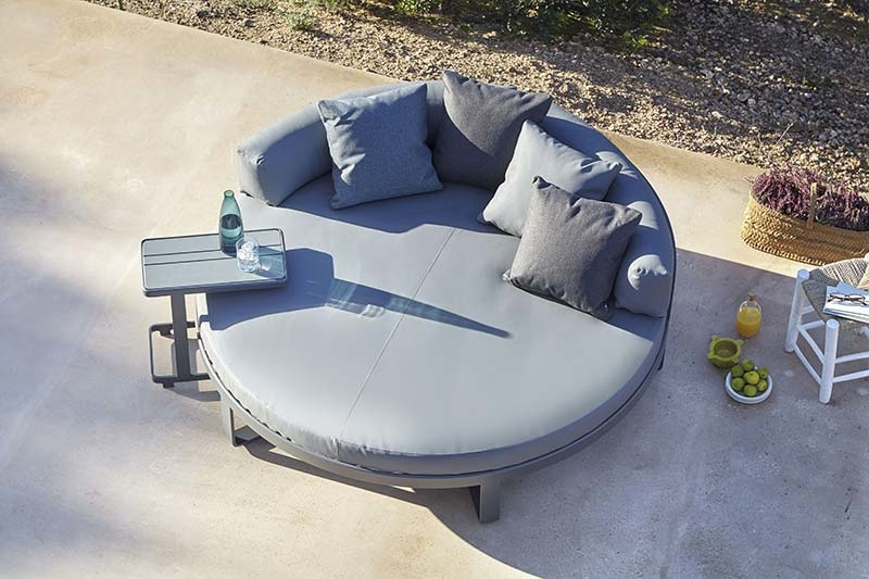 FLAT - a collection of outdoor furniture by Mario Ruiz
