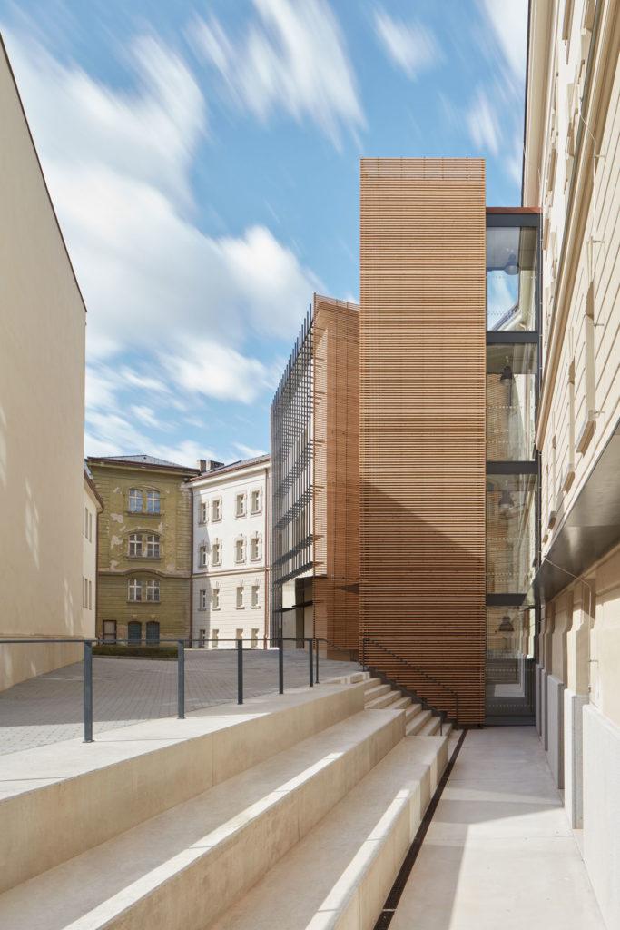New Lecture Center VŠPJ by Qarta architektura